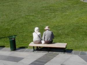 pareja-de-ancianos-en-el-banco_21857